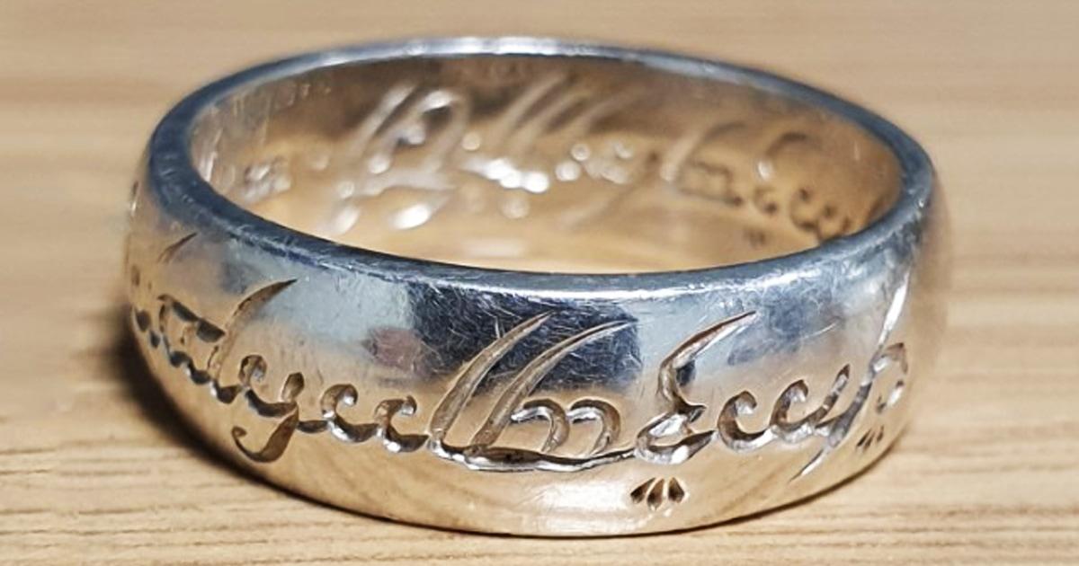 Полицейские не узнали кольцо из «Властелина колец» и попросили помочь найти его хозяина. Им помогли шуточками