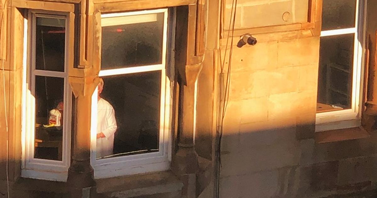 Девушка увидела в окне пугающую женщину, которая долго не двигалась. Это был розыгрыш от соседей, и он удался!