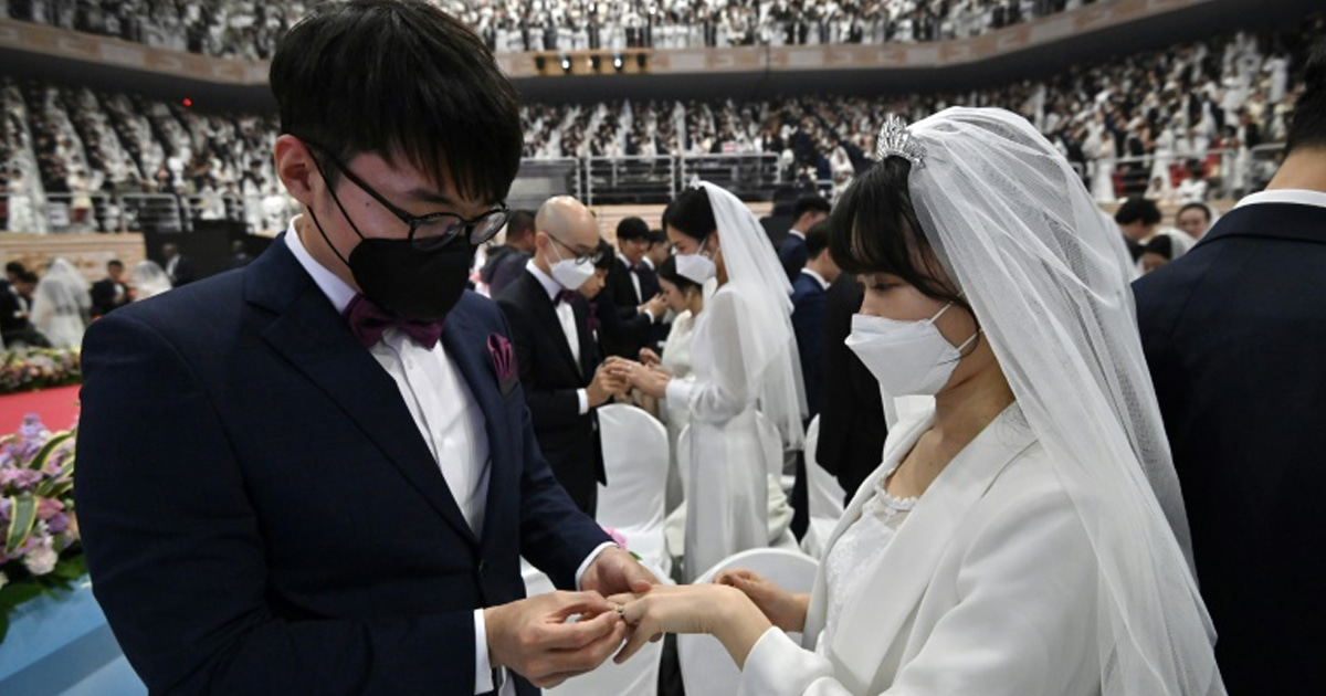 Платья, букеты и медицинские маски: в Южной Корее, вопреки угрозе коронавируса, прошла массовая свадьба