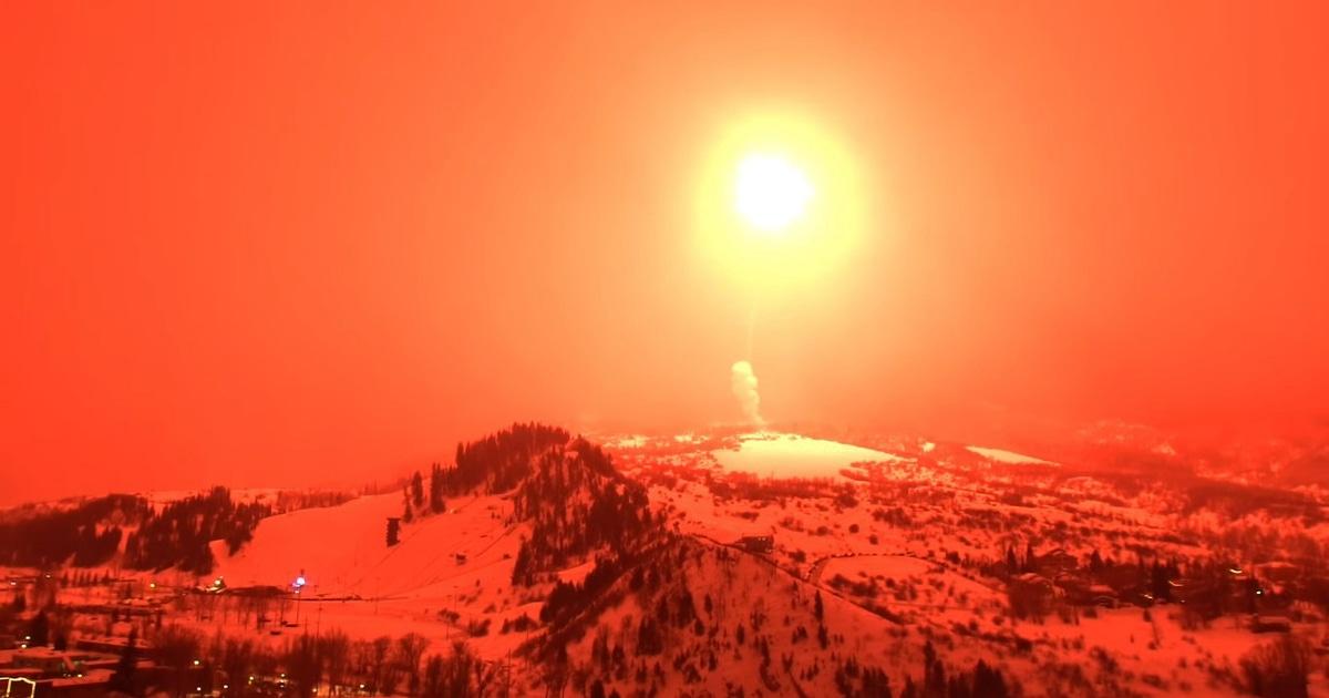 В Колорадо запустили самый мощный фейерверк в истории, и он выглядит как взрыв атомной бомбы