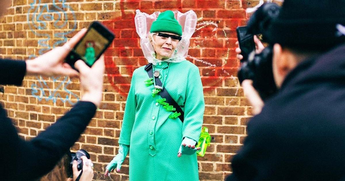 Блогеры одели 78-летнюю бабушку в нелепый наряд и отправили на Лондонскую неделю моды. Её приняли за модель
