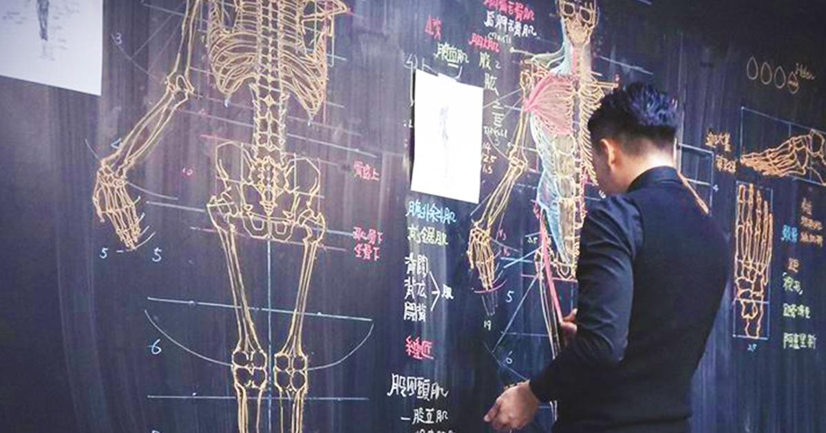 Учитель анатомии из Тайваня превращает школьную доску в страницы учебника, простым мелом творя настоящую магию