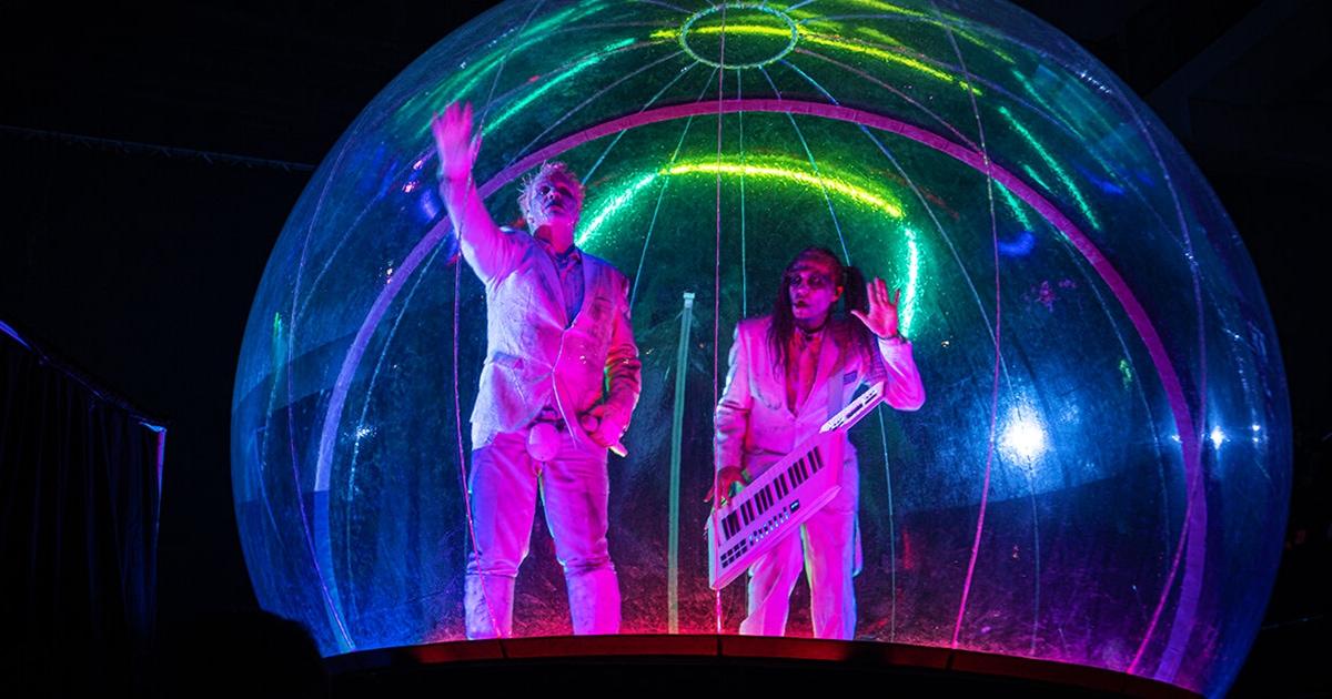 Тилль Линдеманн дал два концерта в Москве подряд и залез в огромный шар. В сети шутят, что из-за коронавируса