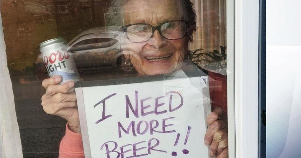 93-летняя бабуля попросила купить пива и стала популярной. Ей прислали столько, что хватит до конца карантина