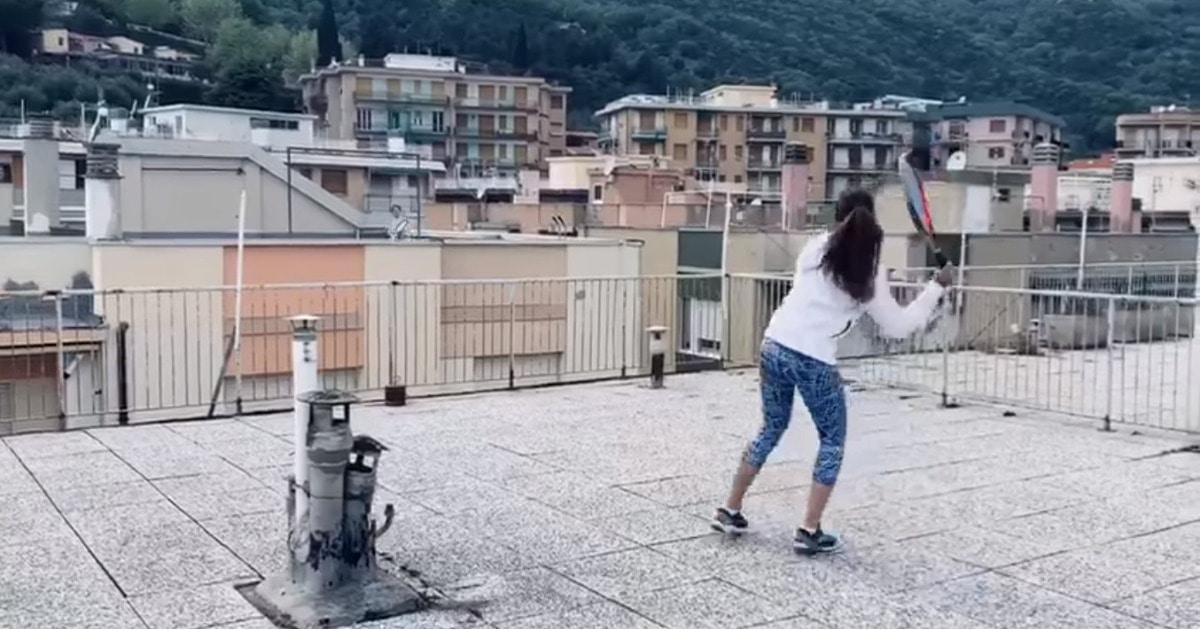 Итальянские теннисистки решили не терять форму во время карантина и сыграли партию. На соседних крышах