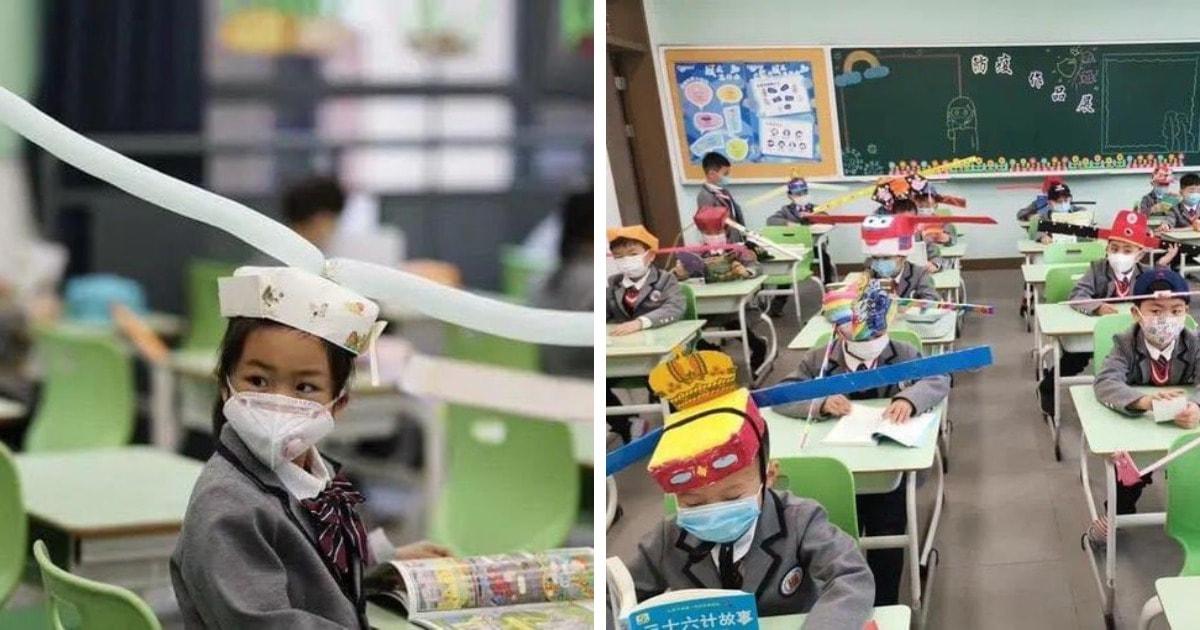 В Китае дети вернулись в школы и носят особые шляпы. Они нужны, чтобы научить школьников держать дистанцию
