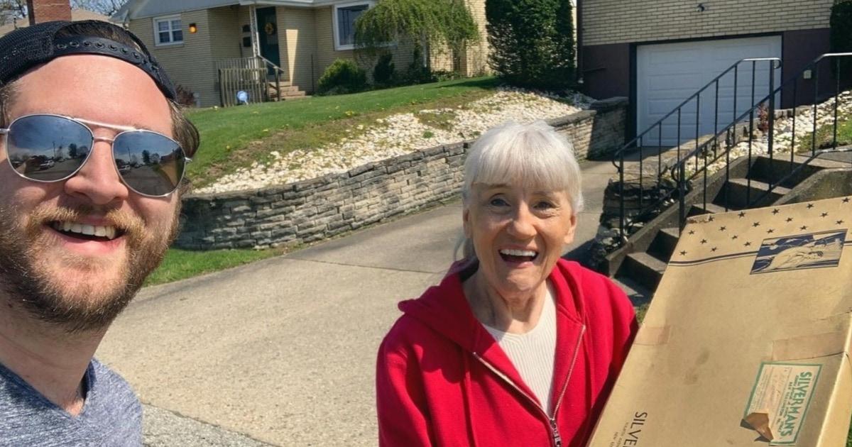 Парень нашёл на чердаке коробку, которую не открывали 80 лет. И в ней — привет из чьего-то лучшего дня в жизни