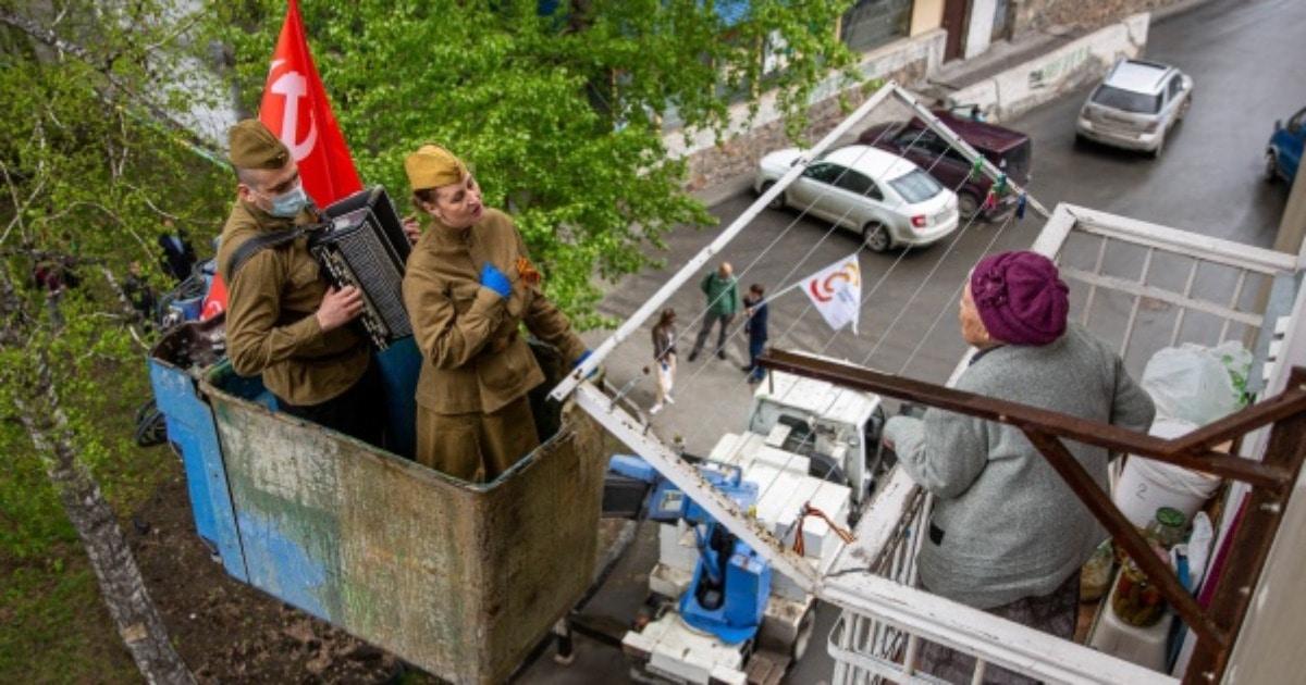 Автовышка и баянист в маске: в Новосибирске нашли оригинальный и бесконтактный способ поздравить ветеранов