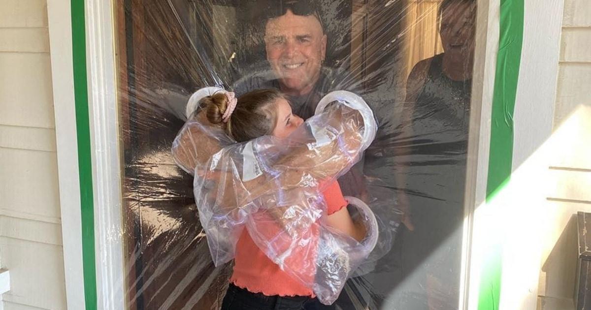 Девочка нашла способ обнять бабушку и дедушку, не нарушая карантина. Понадобилось много целлофана