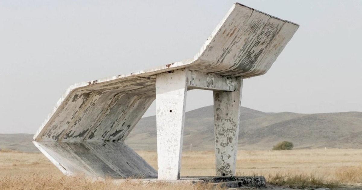 Иностранцы обнаружили фото советской автобусной остановки, и это чудо архитектуры дало начало фотошоп-баттлу
