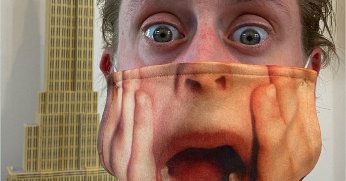 Актёр Маколей Калкин показал свою маску с дизайном в стиле «Один дома». И это готовый костюм на Хеллоуин!