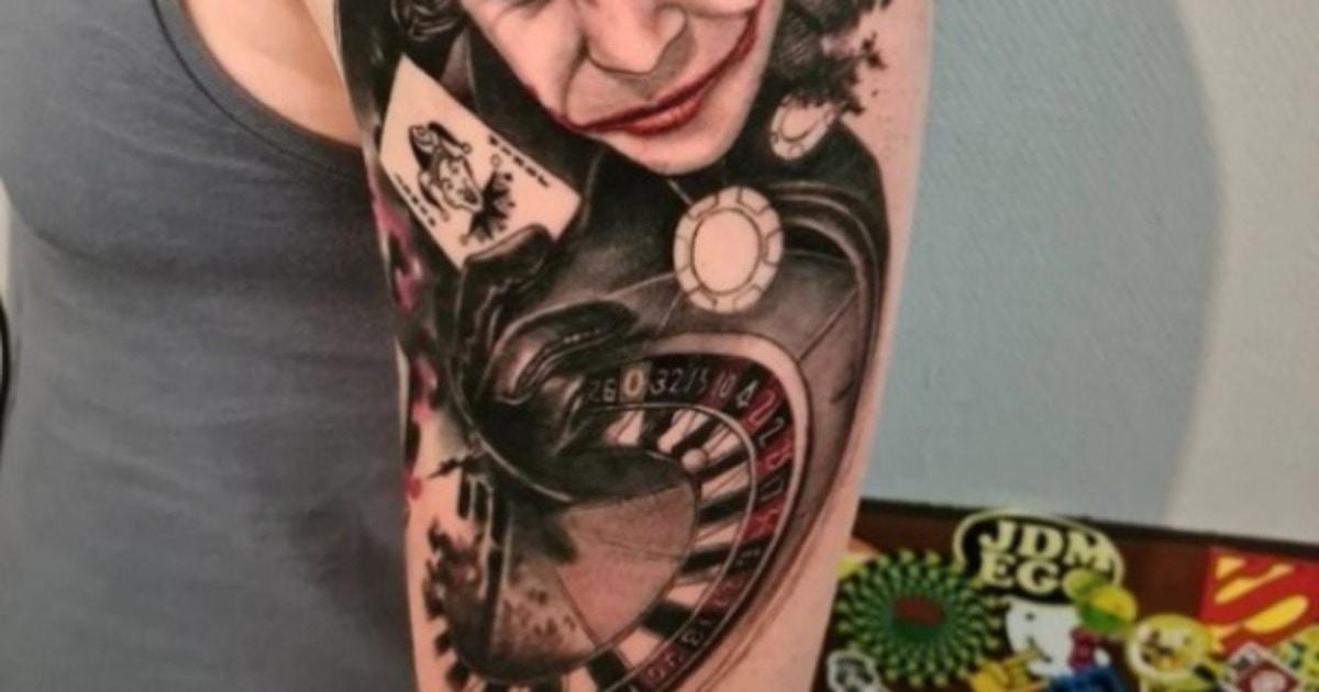 Мужчина хотел татуировку с Джокером, но получил доктора Купитмана. И люди уверены: получилось не хуже