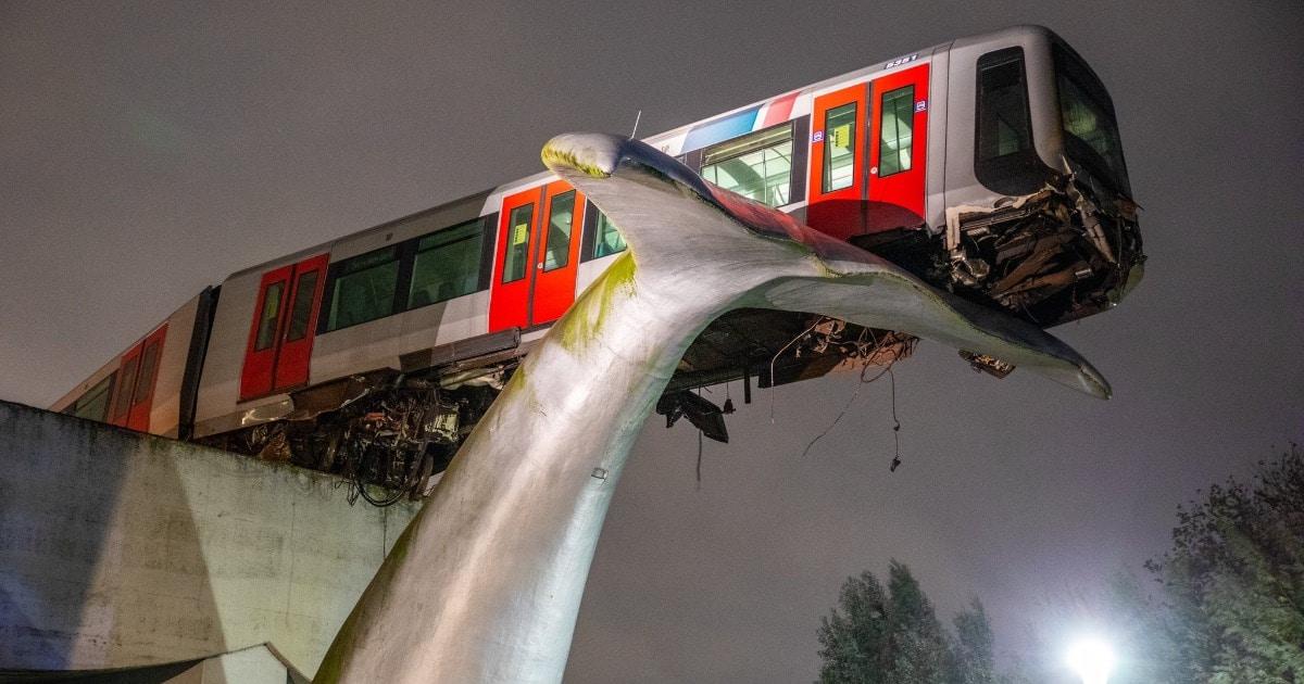 Поезд избежал крушения благодаря искусству, причём буквально. Его остановила скульптура в виде хвоста кита
