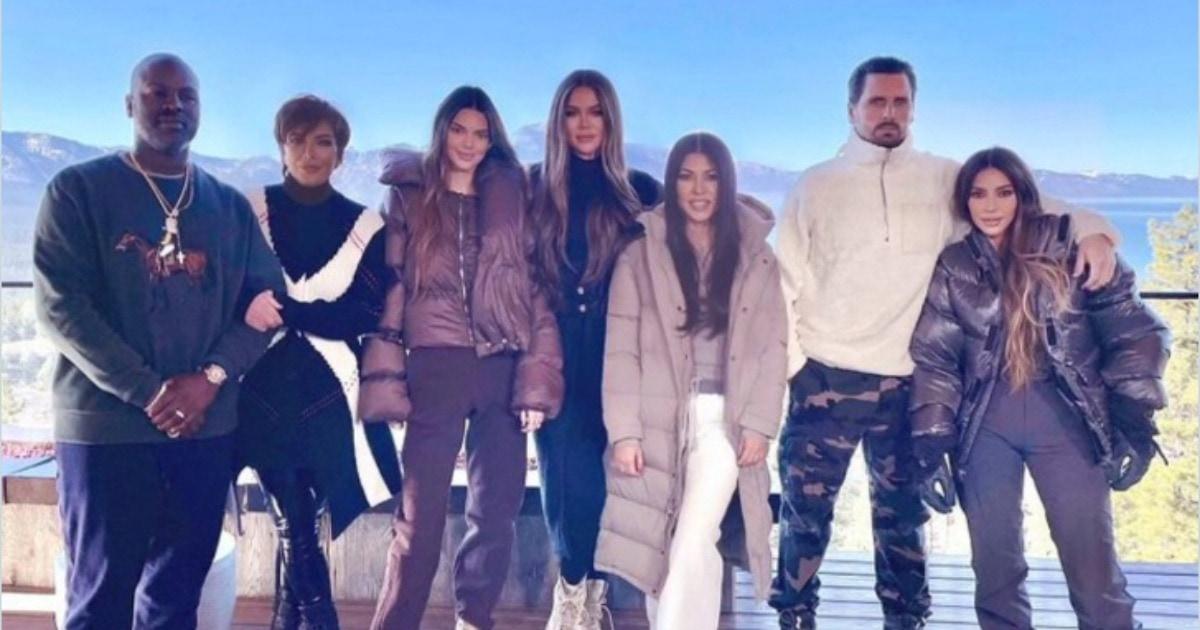 Ким Кардашьян показала фото с семьёй, и людям весело. Ведь если приглядеться, там можно увидеть фейлы фотошопа