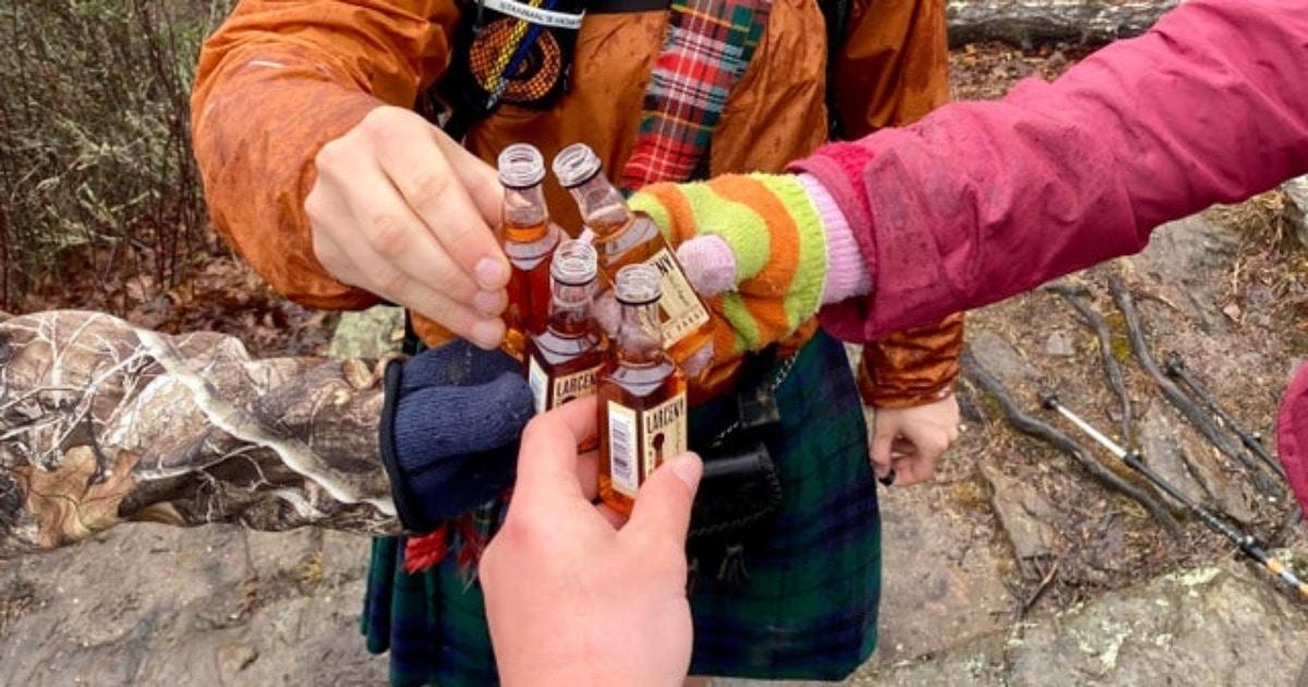 «Клянусь, нас здесь четверо»: в сети нашли оптическую иллюзию с туристами и бутылкой, которую никто не держит