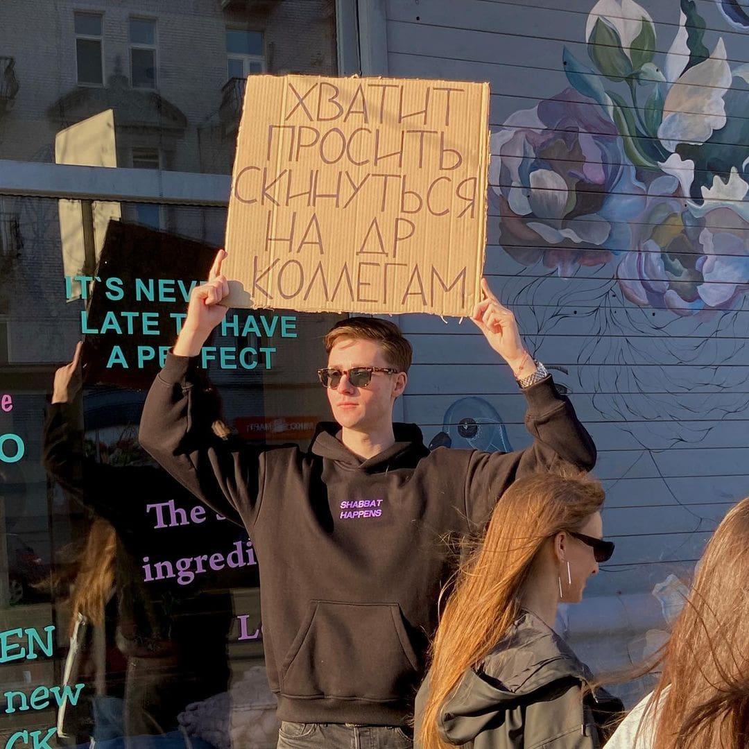 Парень выходит с плакатами против раздражающих ситуаций, и его шутливые протесты понятны очень многим из нас
