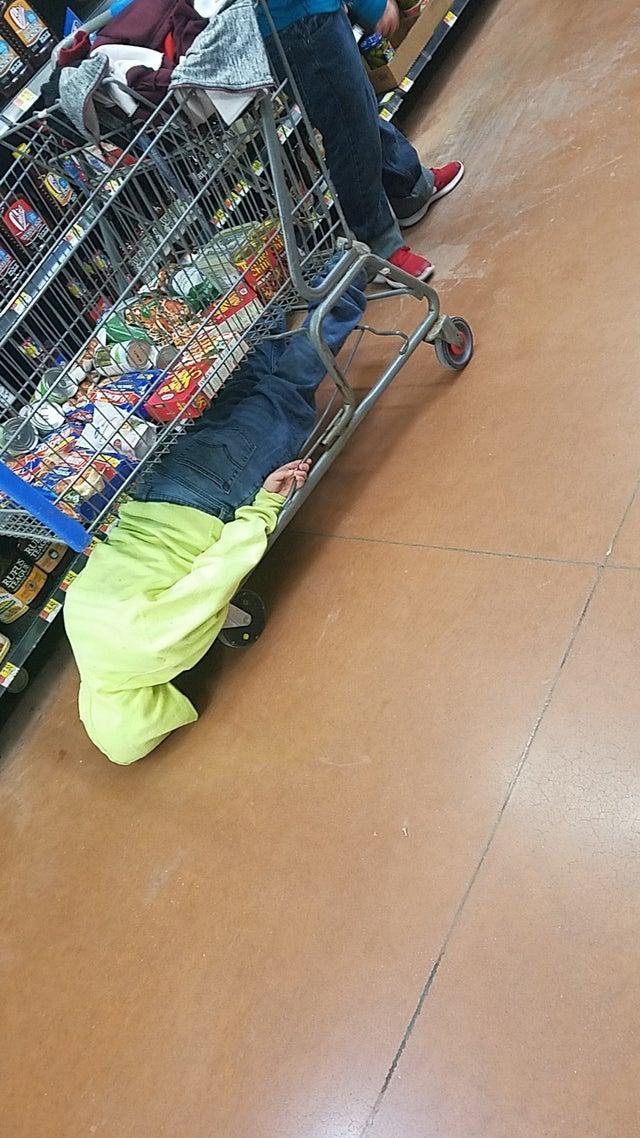 16 доказательств того, что даже обычный поход в магазин с детьми становится незабываемым приключением